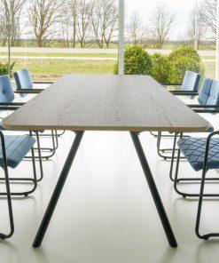 B-Table vergadertafel met slanke poten en robuust eiken blad